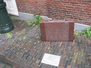 1280px-Leiden_-_Koffers_bij_Herensteeg_41_v1 (1)